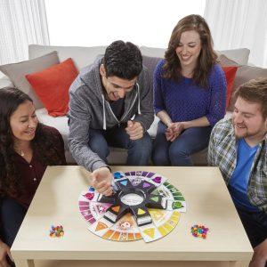 Jouer en famille au Trivial Pursuit à Noël