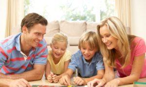 Famille jouant au Trivial Pursuit